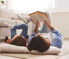 dziecko czyta książkę