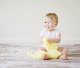 niemowlę z pieluszką wielorazową