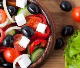 sałatka z pomidorami, fetą i oliwkami