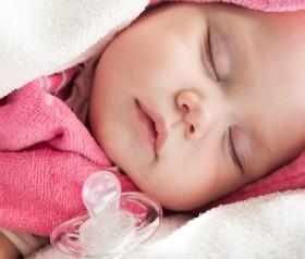 czy dziecko może spać ze smoczkiem