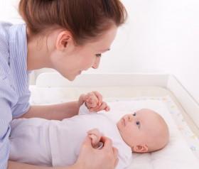 Pielęgnacja niemowlaka: przewijamy, kąpiemy, obcinamy paznokietki