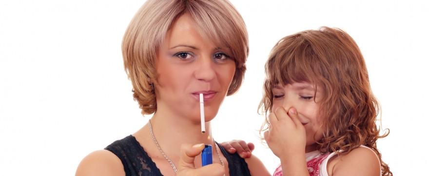 rodzice palacze palą przy dzieciach