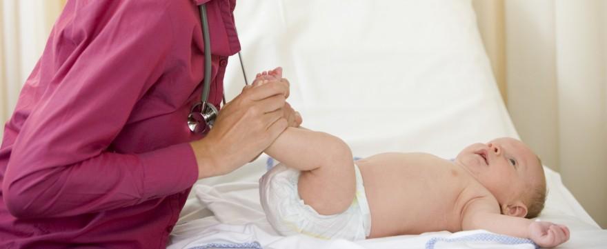 stawy biodrowe niemowlęcia