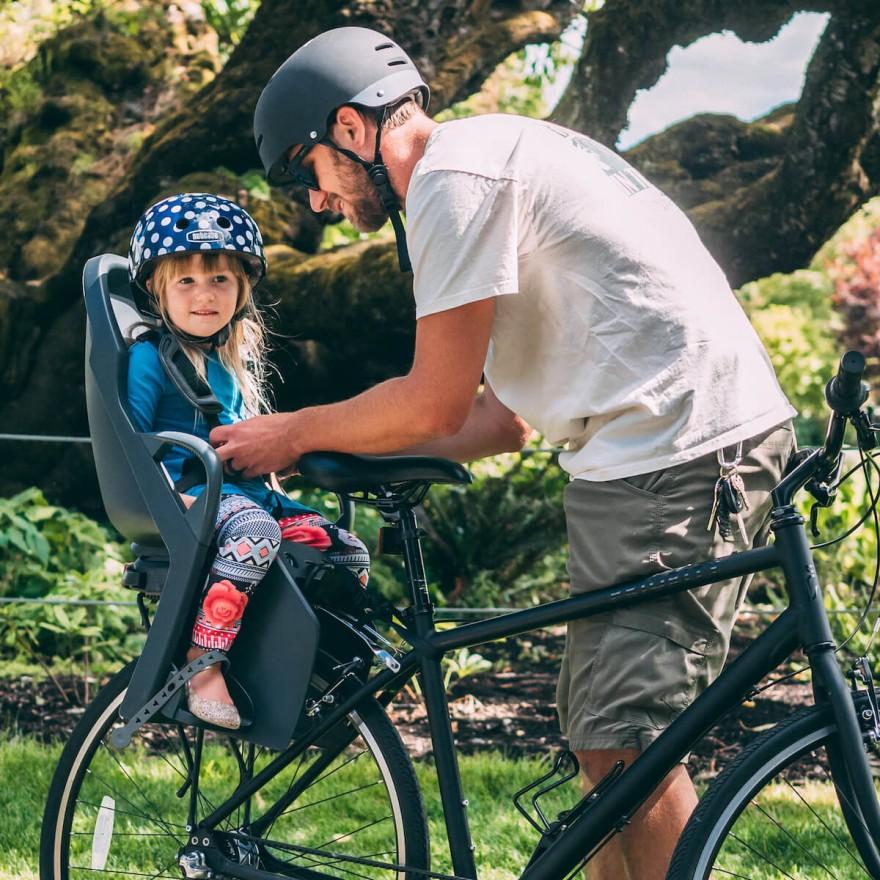 Fotelik rowerowy czy przyczepka? Co wybrać?
